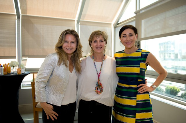 La doctora Antonia Leon (a la derecha), estuvo en el desayuno de lanzamiento del catálogo de verano de Farmacia Cruz Verde.