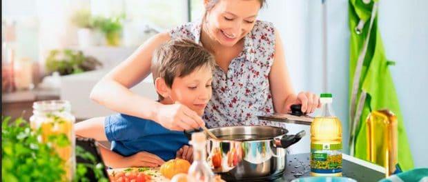 mamá cocinando con hijo
